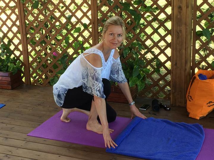 Heidi Myhre underviser på Yoga-Pilatesferie i Grækenland med wiseonlife.dk
